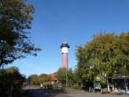 Alter Leuchtturm von Wangerooge: Blick auf den Alten Leuchtturm von Wangerooge vom Bahnhof aus.